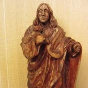 Статуэтка из дерева на мраморной подставке