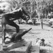 Памятник человеку и крокодилу