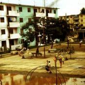 1986-1989. Двор в Колорадо. Вид с балкона второго этажа нашей квартиры. Сразу за домом справа вдалеке - волейбольная площадка и школа.