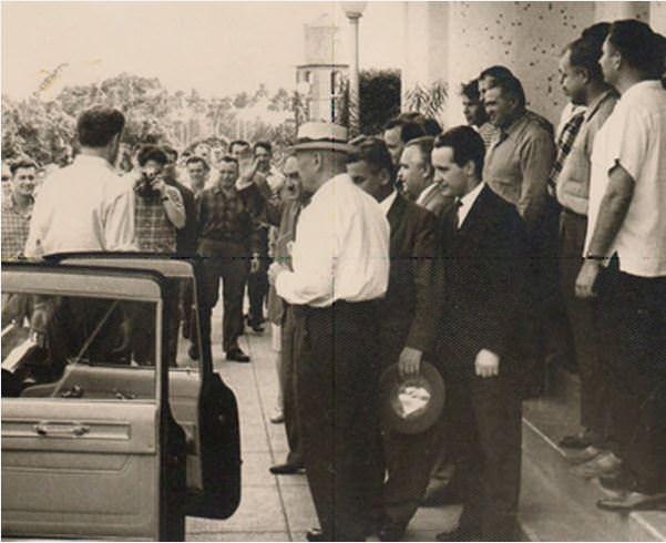 А.И. Микоян перед входом в клуб в Торренсе, 21 ноября 1962