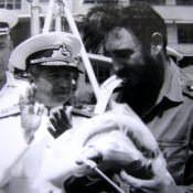 1969-07-20. Адмирал дарит морскую форму