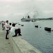 1989, декабрь. Люди на набережной - 1