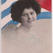 Редкая открытка. Леди с ожерельем на фоне кубинского флага.