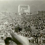 Жители Кубы во время выступления Фиделя Кастро на площади Революции в 1961-1962 гг. Автор: Ярлыков В.Н. Республика Куба, г. Гавана. 1961-1962 гг.