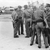 1963-1964. В.А. Кузьмин с кубинскими офицерами (на заднем плане), на переднем - седой мужчина - Педро Прадо (Хуан Ламело).