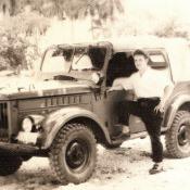 Брыгалин Н.Е. рядом с машиной, служил водителем