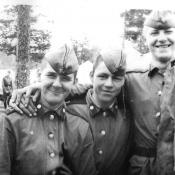 Химическая учебка. Учения под Выборгом. Ребята с химроты. Слева направо: Федотов Андрей, Незаметдинов Женя, Донской Саша.
