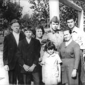 Родня Николая Семенова: отец, мать, брат, младший братишка, сестренка, тетушка и друг детства.