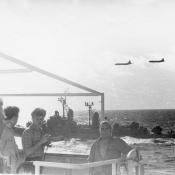 Декабрь. Эсминец и самолеты США сопровождают наши корабли по пути домой.