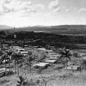 В Моа семьи специалистов расселили по небольшим коттеджам в поселке для работников комбината.