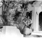 1978-1979. Наша каса солдатская. На травке перед касой было два кувшина больших декоративных. Тут Саня Прудников, телефонист Зас и Серега Устинов - мех.тлг Зас.