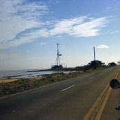 1990. Дорога из Гаваны в Хибакоа (Playa Jibacoa). Буровая вышка на берегу, вид издалека.