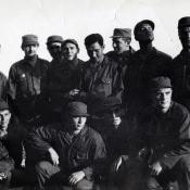 Санта Клара. 1964 г. Совместные Учения. Команданте Рауль стоит третий слева, я, присев, крайний справа.