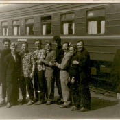 Шарапов Виктор Фролович (3-й слева) с молодыми специалистами сельского хозяйства от Саратовской области, командированными на Кубу, на вокзале. СССР, г. Москва. 1961 г.