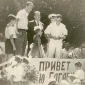Гагарин Юрий Алексеевич, первый космонавт Земли, на встрече с советскими специалистами и их семьями.  26 июня 1961 г. Республика Куба, г. Гавана.