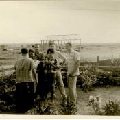 Советские специалисты с кубинскими девушками в поле. Республика Куба, г. Гавана. 1961 г.