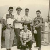 Попов Геннадий Александрович (1-й слева), Половинкин Рудольф (2-й справа) и Пушкин Юрий (1-й справа) с коллегами на экскурсии. Республика Куба, г. Гавана. 1961 г.