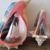 403. Две росписных внутри и снаружи морских раковины (рапаны)