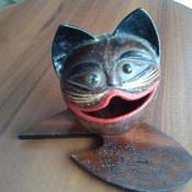 Кот-пелельница на подставке, 1 ракурс