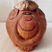 Обезьянка из кокоса. Вид спереди.