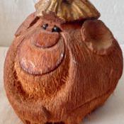 Обезьянка из кокоса. Вид сбоку.