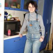 473. Тиша Леонова в джинсовом комбинезоне, купленном на Кубе. Наши дни, 30 лет спустя