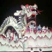 12. Кароса - китайский дракон, и люди сидят в китайской одежде.