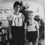359. Андреев Саша с мамой Андреевой Галиной в классном кабинете 4«Б». Новый Год 1988.