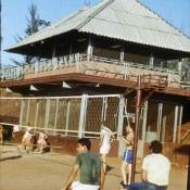 Волейбольная площадка, за ней – шахматный клуб (второй этаж) и пинг-понг (первый этаж)