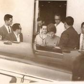 1963, октябрь. Валентина Терешкова садится в машину. За ней идет жена Гагарина, Валентина Ивановна