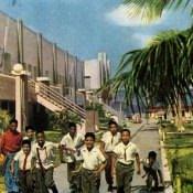 У школы-интерната. Цветное фото В. Володкина.