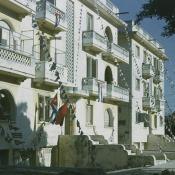 1974. Здание, украшенное флагами и флажками