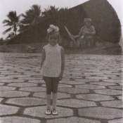 1978-1980. Женечка на фоне памятника