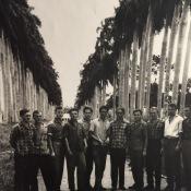 «В Уахае, недалеко от Гаваны. Автор этих строк крайний справа».