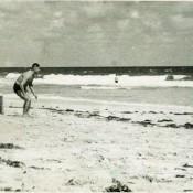 На пляже, 13 октября 1963