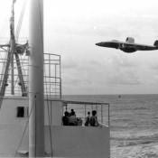 Американский самолет-разведчик пролетает над нашим кораблем.