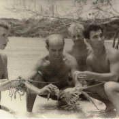 Пересчитывают лангустов перед варкой. Бухта Кабаньяс, май-июнь 1963 г.