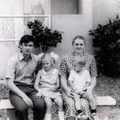 1981-1983.  А.А. Немудров у дома на 41 у Зоологико вместе со своей семьей.