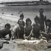 Чьи-то ноги, потом парень на животе лежа, а далее - я с полотенцем на плече, 1963