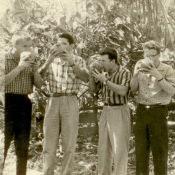Попов Геннадий Александрович (2-й слева), Половинкин Рудольф (1-й слева), Пушкин Юрий (3-й слева), Сероносов Константин с кокосовыми орехами. Республика Куба, г. Гавана. 1961 г.