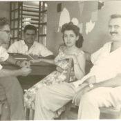 Попов Геннадий Александрович (2-й слева), Сероносов Константин (1-й слева) с доктором Хуаном Лапласе и его женой Эстер. Республика Куба. 1961 г.