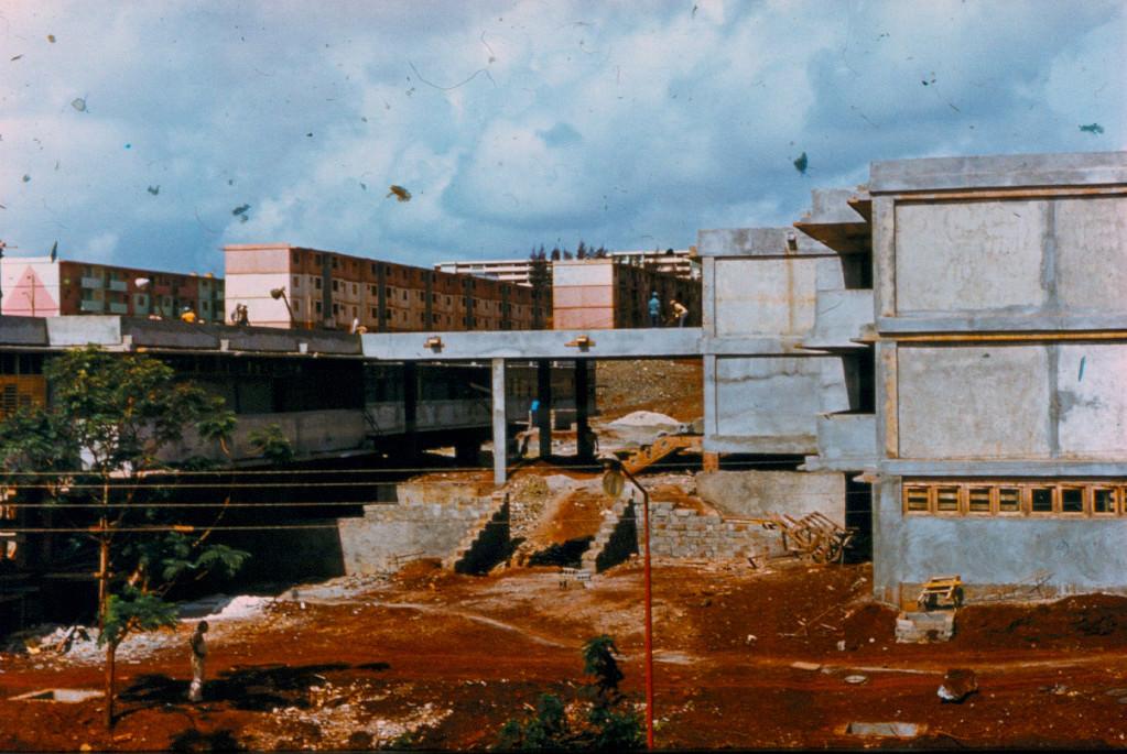 1983-1984. Строящаяся школа в Колорадо напротив 10-го дома и новые дома (розовые) на заднем плане.