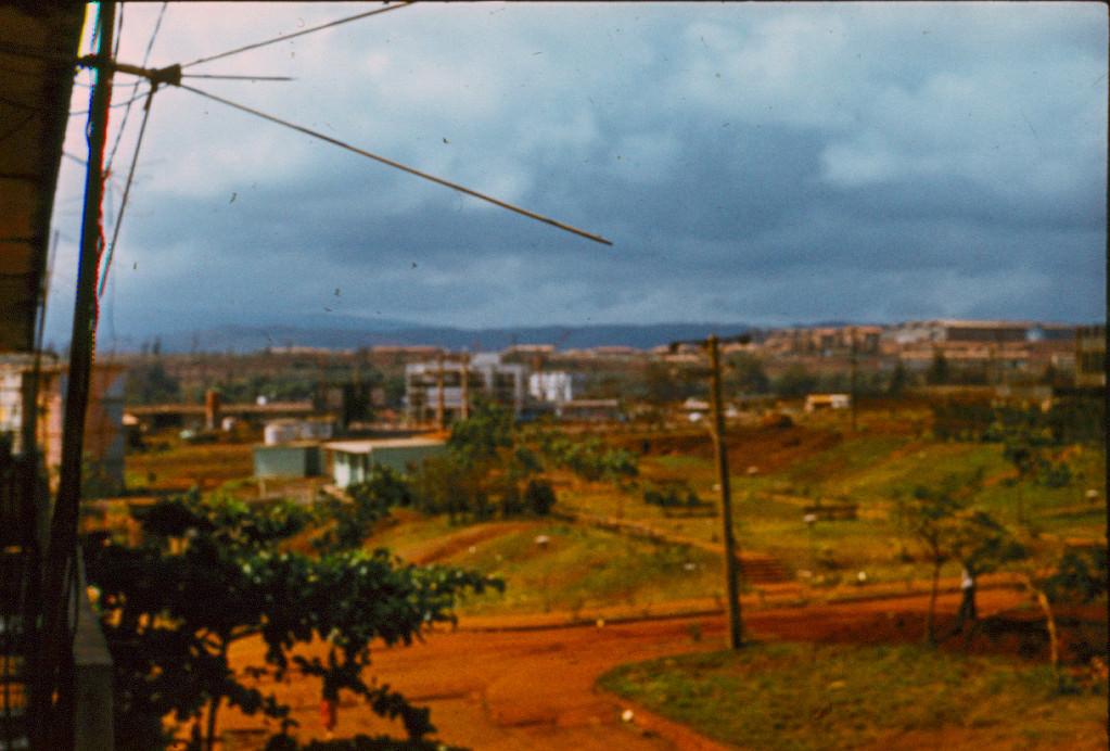 1983-1984. Вид с балкона 10-го дома на Моа - справа кинотеатр, слева пицерия.
