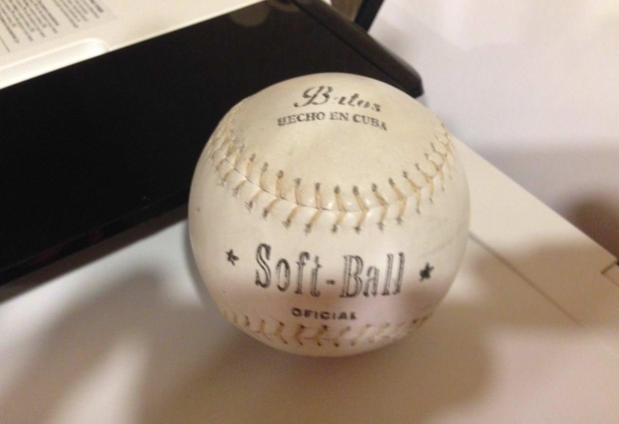 040. Бейсбольный мяч. Очень твердый, для официальных игр.