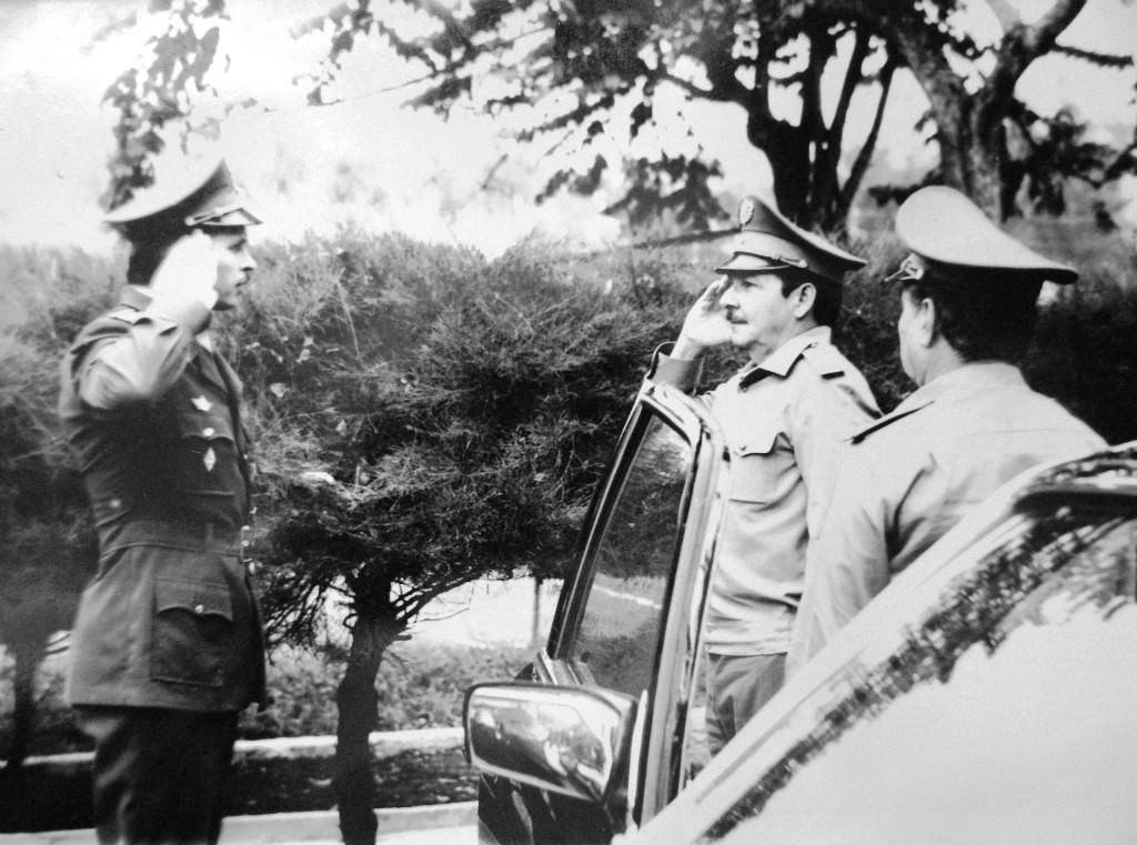 1980-1981. Рауль Кастро и комбриг А.В. Лопата