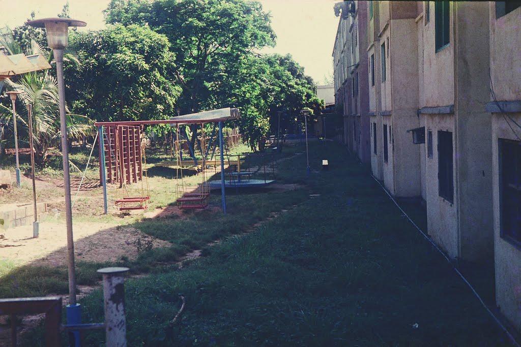 1982. Фото 04. Детская площадка Роло 4, в конце кинотеатр.