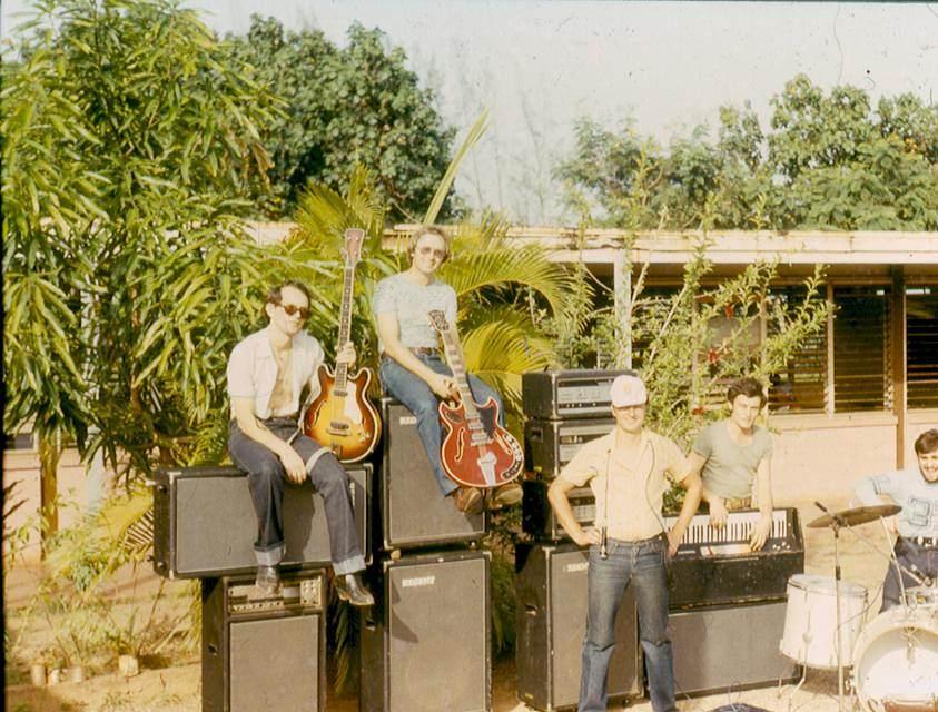 1982-1984. Группа «Ралли». Фото 01. Участники группы - советские специалисты. Руководитель группы - автор песен о Моа - Валерий Житников (второй слева).