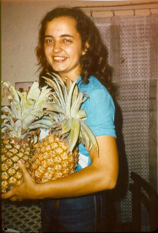1982-1984. Инна Леонова: Ананасы в тот год удались! Снимок в квартире.