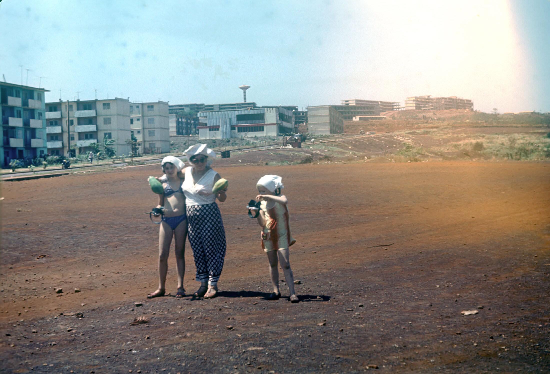 1980-1983. Фото 04. На дальнем плане интерклуб. На снимке Костикова Нина Яковлевна, а также Костиковы Лариса и Алла.
