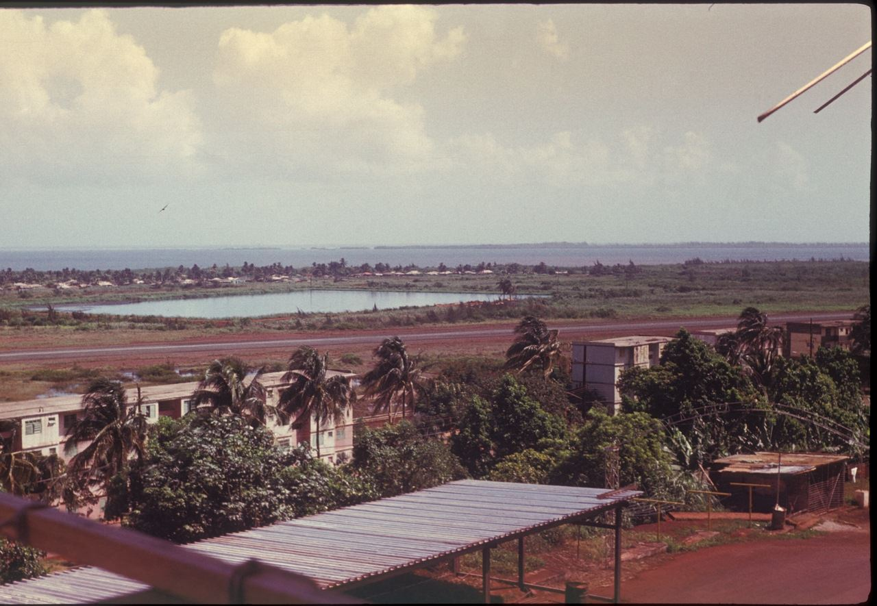Вид с балкона 4-го этажа 3-го Роло на океан и остров по прозвищу «Барка». 1987
